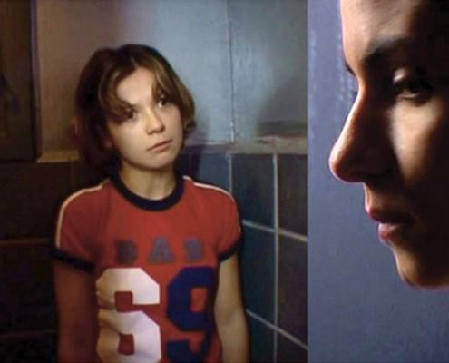 """יעל פייזר ותמרה קליינגון. """"תא"""", 2004. צילום: אסי אורן"""